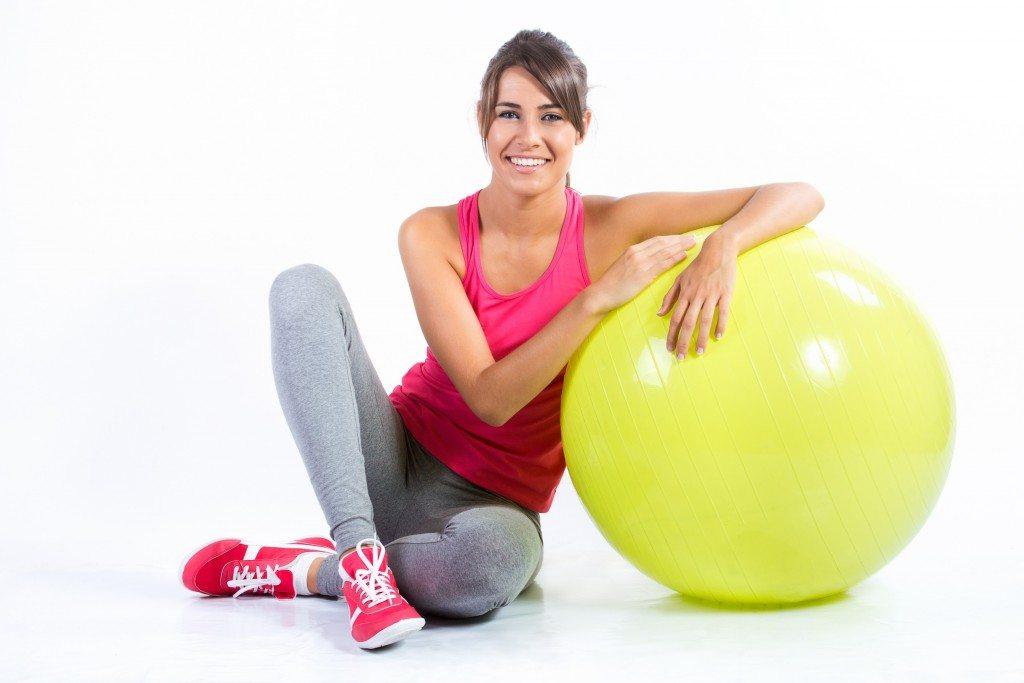 hermosa mujer morena practicando ejercicio fsico