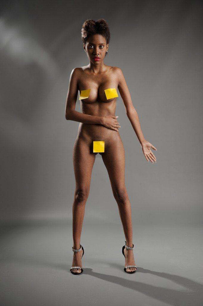 Mujer desnuda con notas adhesivas